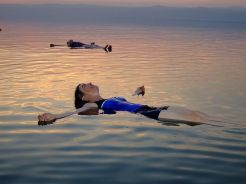 800px-A_float_on_the_Dead_Sea